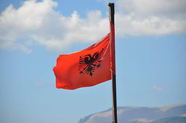 Die Flagge von Albanien weht im Himmel
