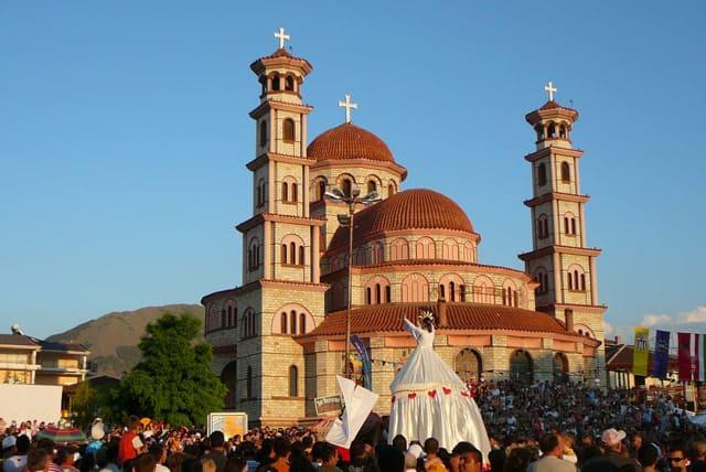 Menschenmenge vor einer Kirche