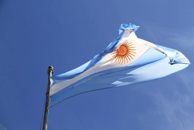 Flagge des Landes unter blauem Himmel
