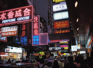 Straßenbild von Hong Kong bei Nacht