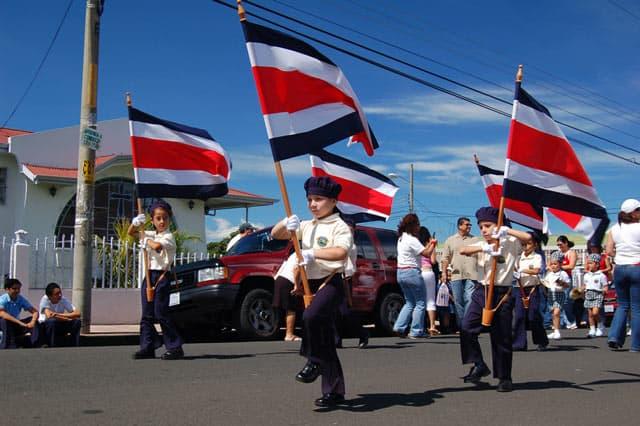 Umzug am Nationalfeiertag: Kinder mit der Nationalfahne