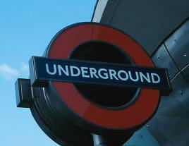 Schild der Londoner U-Bahn