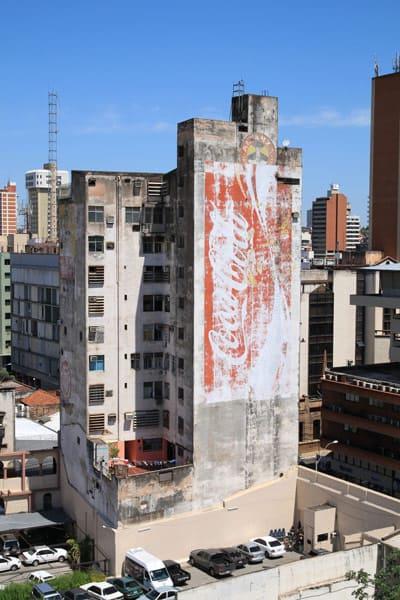 Hochhaus in Asuncion mit Coca-Cola Werbung