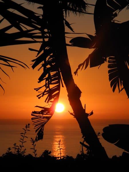 Die Sonne geht westlich von La Palma im Meer unter