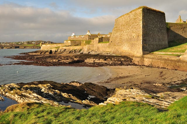 Burganlage an der Küste