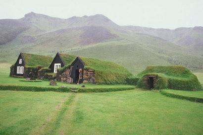 Island: Alte Steinhäuser mit Grasdach
