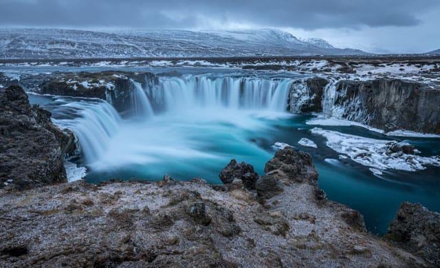 Fluss mit Wasserfall in Islands rauen Bergen