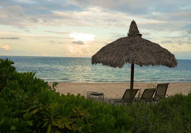 Strandplatz mit Sonnenschirm
