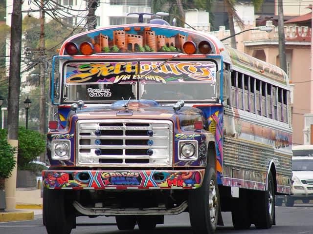 Panama City, ein Linienbus fährt durch die Stadt