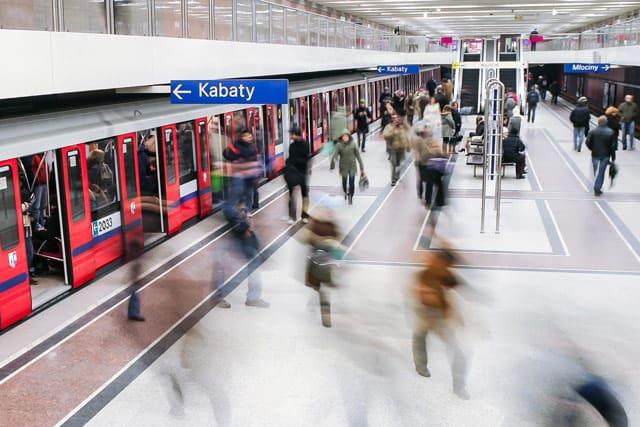 Warschaus Metrostation in der rush hour