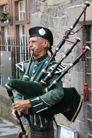 Schotte mit Dudelsack und Kilt