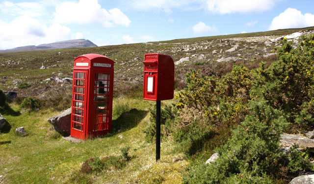 Mitten im schottischen Hügelland: eine Telefonzelle