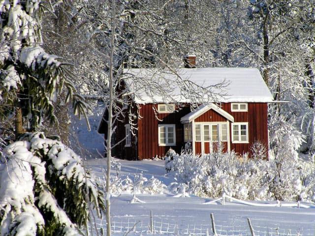 Rotes Holzhaus im Schnee