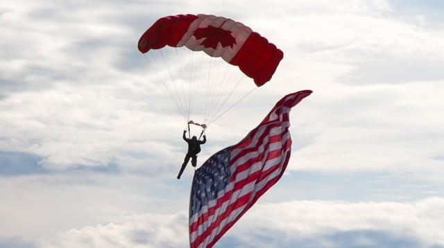Fallschirmspringer mit USA und Kanada Flaggen